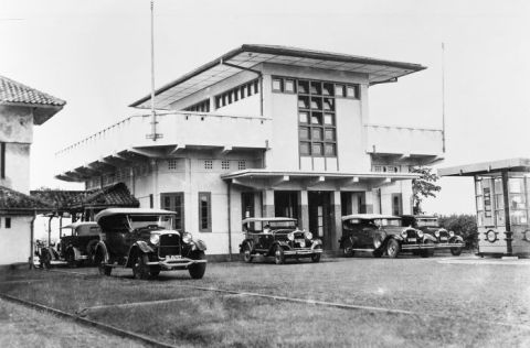 Cars at Tjililitan Airfield at Batavia (circa) 1930