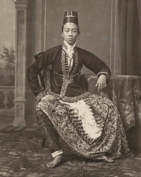 Family member of Hamengkoe Buwono VII sultan of Yogyakarta c. 1885 by Kassian Cephas